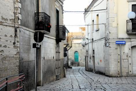 Street, with turquoise door, Venosa