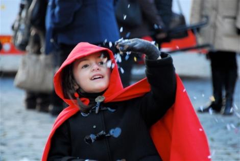 5 yrs Carnevale throwing coriandoli 3