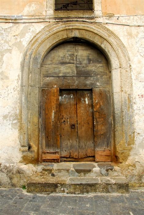 Portal near Piazza del duomo, Sessa Aurunca