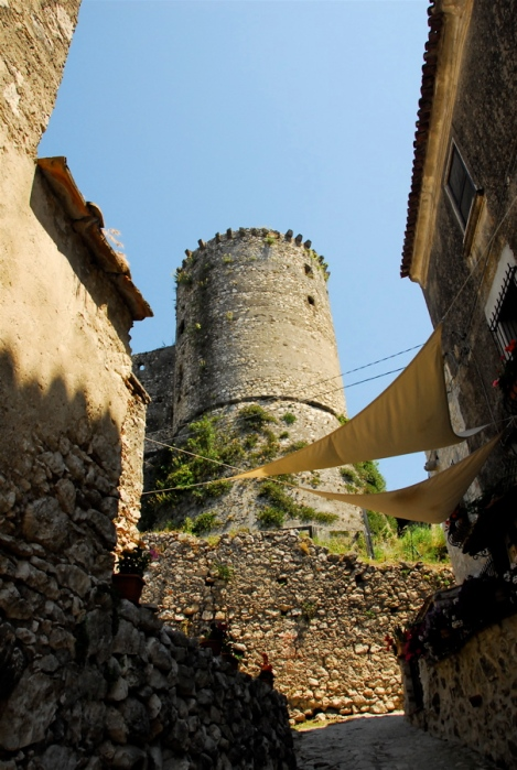 Looking up at the Torre Mastra from the borgo